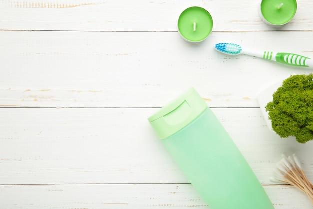 Szampon, mydło, świece zapachowe i inne artykuły toaletowe. wiosenna kompozycja na lekkiej ścianie