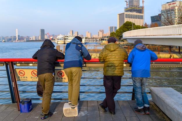 Szanghaj, chiny - 18 lutego 2021: mieszkańcy szanghaju, widok ulicy miasta szanghaj