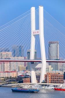 Szanghaj, chiny - 18 lutego 2021: most nanpu to pierwszy most, który przecina rzekę huangpu z centrum szanghaju, łącząc go z dzielnicą pudong po drugiej stronie rzeki.