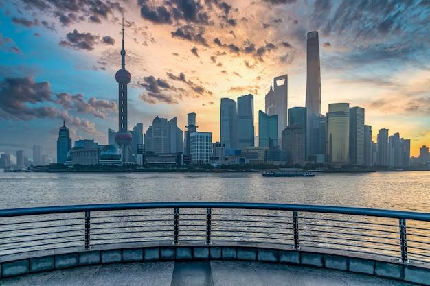 Szanghaj linia horyzontu i drapacz chmur nowożytna budowa