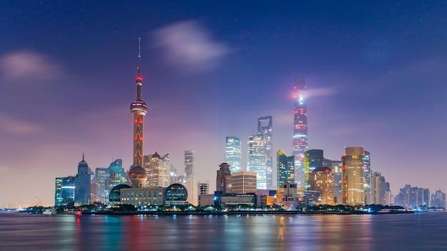 Szanghaj linia horyzontu i drapacz chmur, szanghaj nowoczesne miasto w chinach na rzece huangpu.
