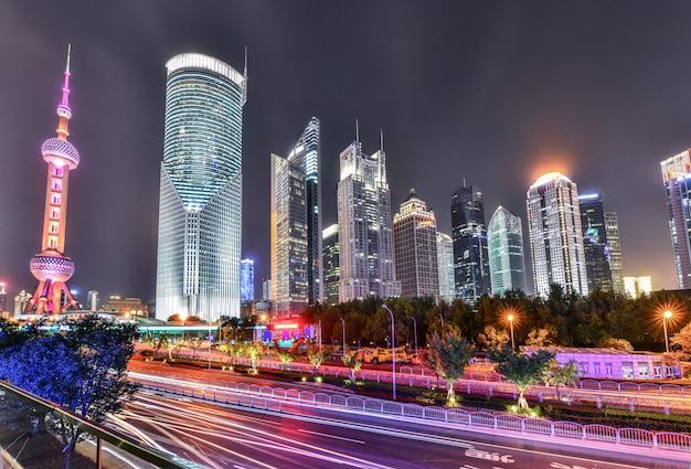 Szanghaj lujiazui finanse i handlu strefy linia horyzontu przy nighttime w chiny