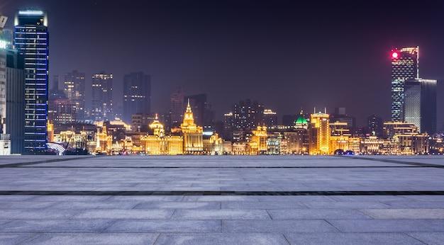 Szanghaj nocą. znajduje się w bund (waitan). jest to nabrzeże w centrum szanghaju, jedno z najbardziej znanych miejsc turystycznych w szanghaju w chinach.