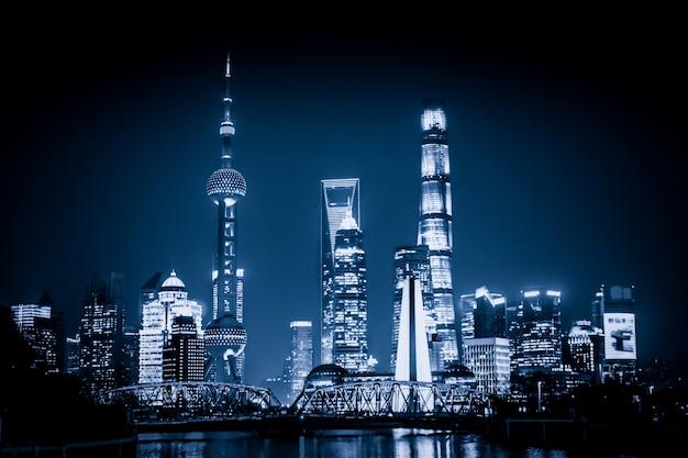 Szanghaj skyline z historycznym mostu waibaidu, chiny