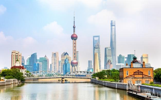 Szanghaj z nowoczesnymi drapaczami chmur w chinach