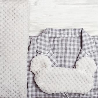 Szara ciepła piżama w kratkę, miękka poduszka i maska do spania