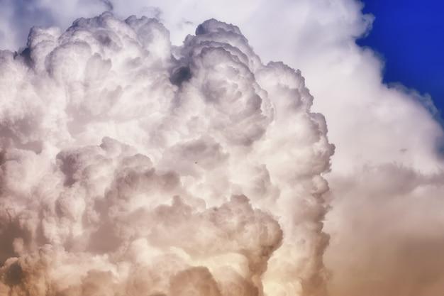 Szara czarna chmura na niebieskim niebie