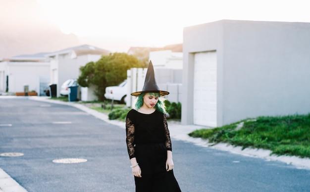 Szara czarownica na podmiejskiej ulicy