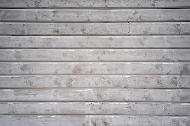 Szara drewniana ściana z typową skandynawską fasadą domu.
