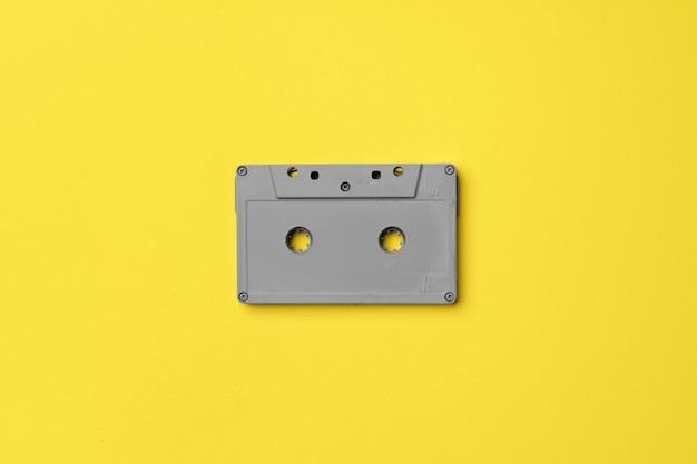 Szara kaseta audio na żółtym tle widok z góry, kopia przestrzeń
