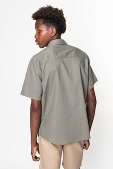 Szara koszula basic dla chłopców, młodzieżowa sesja zdjęciowa w studio odzieżowym