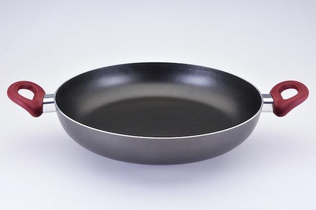 Szara kuchenka do ryżu bez pokrywki i czerwonych detali