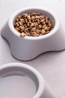 Szara miska z psem jedzenie i woda