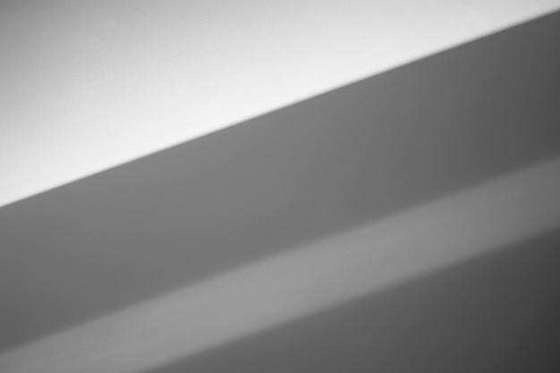 Szara ściana cienie tła. światło słoneczne z cieniami na czystej pustej ścianie we wnętrzu pokoju. zdjęcie wysokiej jakości