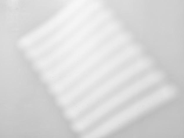 Szara tekstura sufitu ze światłem i cieniami