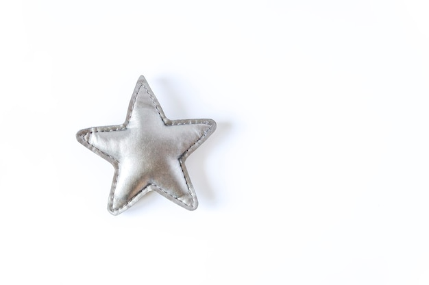 Szara zabawka gwiazda na białym tle. element dekoracyjny