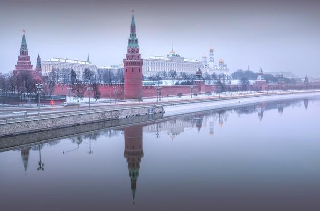 Szara zimowa mgiełka nad zimowym kremlem