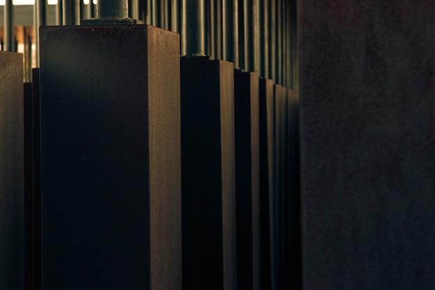 Szare betonowe filary