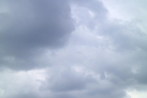 Szare chmury burzowe przed ulewnym deszczem na tle