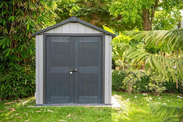 Szare drewniane drzwi w nowoczesnym domu