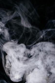 Szare fale dymu na czarnym tle