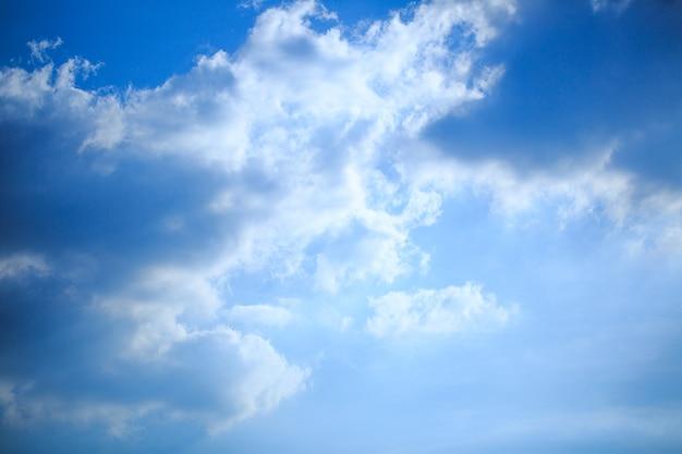 Szare i białe puszyste chmury pochmurne niebo białe i szare tło tekstury na smutek śmierć beznadziejna...