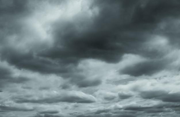 Szare i białe puszyste chmury.