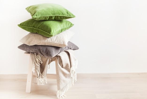 Szare i zielone poduszki, rzuć. przytulny dom