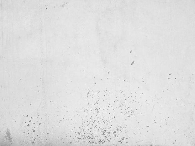 Szare ściany z ciemnymi plamkami