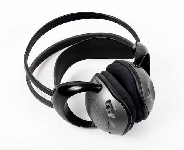Szare słuchawki bezprzewodowe na białym tle