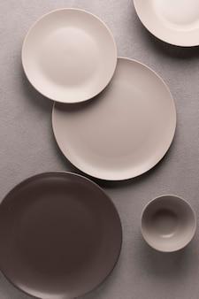 Szare talerze, komplet naczyń. geometryczna minimalistyczna martwa natura.