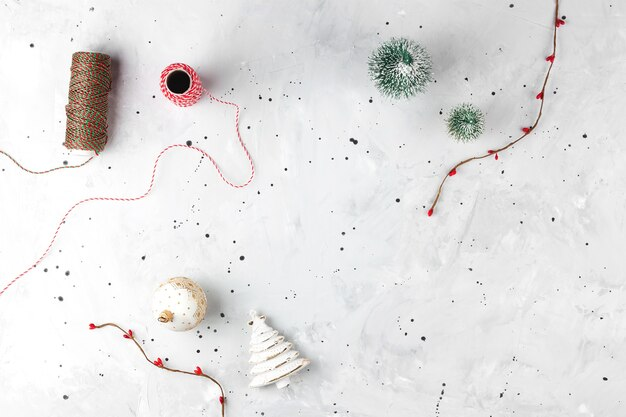 Szare tło bożonarodzeniowe z dekoracją wieniec i bombki choinkowe płaskie leżało tło kopii