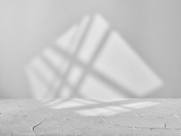 Szare tło do prezentacji produktu ze światłem z okna
