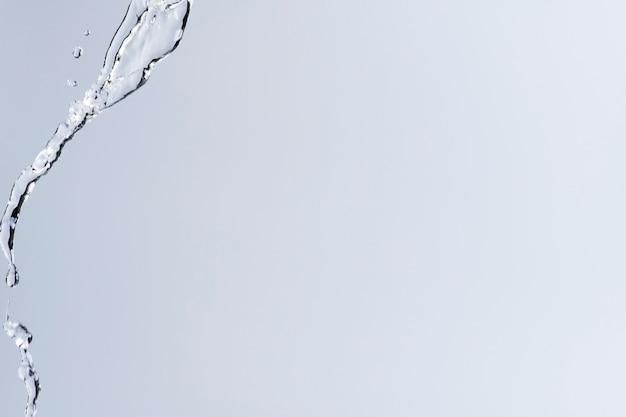 Szare tło, rozpryskiwanie wody