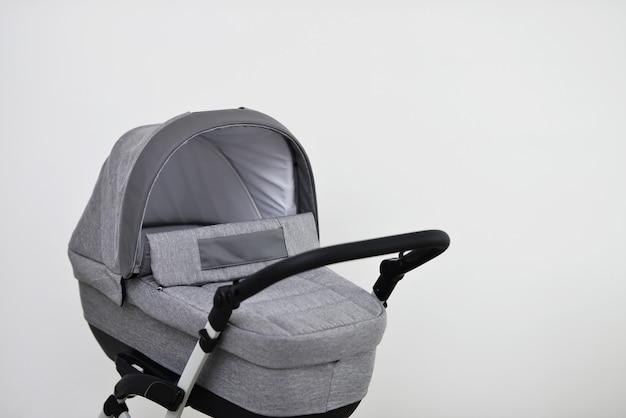 Szare wózki dziecięce na białym tle