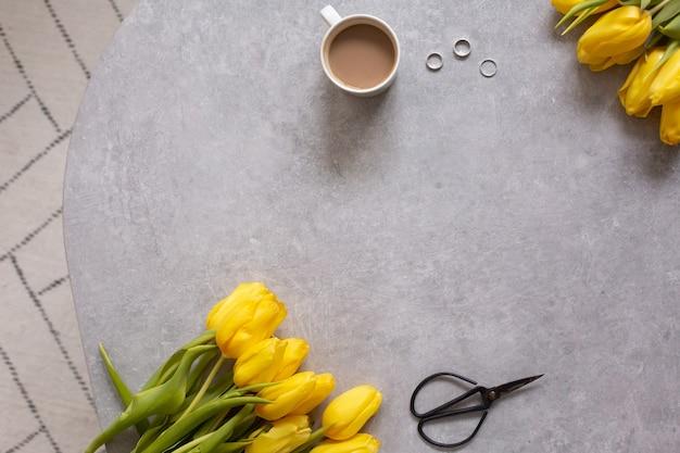 Szare z żółtymi kwiatami, tulipany i stolik kawowy