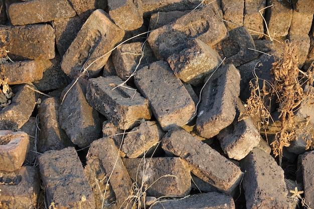 Szarego kamienia cegły spadają