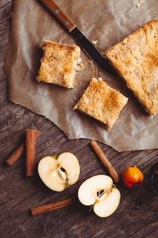 Szarlotka z tartym jabłkiem i cynamonem na stole