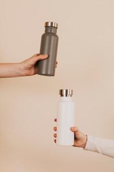 Szaro-biała butelka na wodę