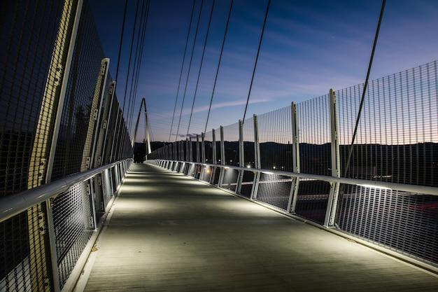 Szaro-brązowy most