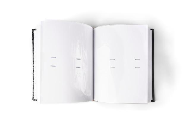 Szary album fotograficzny na białym stole.