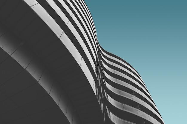 Szary betonowy budynek pod niebieskim niebem