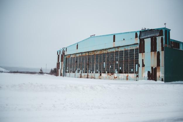 Szary betonowy budynek w zimie