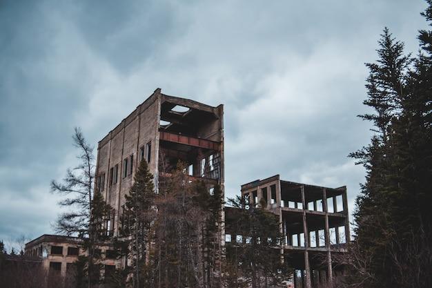 Szary budynek cementowy i zachmurzone niebo