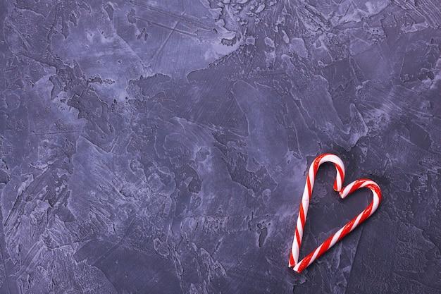 Szary ciemny beton tło z boże narodzenie cukierki