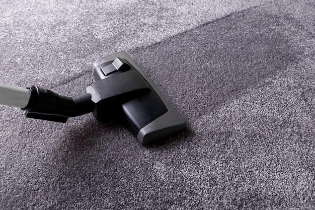 Szary dywan i środek czyszczący