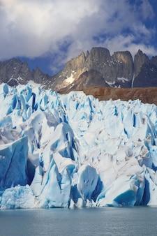 Szary lodowiec w patagonii w chile