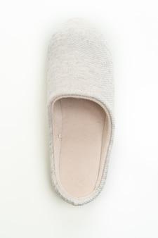 Szary pantofelek na białym tle