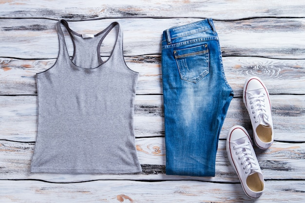 Szary podkoszulek i dżinsy białe buty z podkoszulkiem dziewczęcy strój na co dzień na lato przeceniony towar...