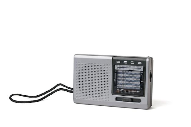 Szary retro radio na białym tle na białym tle.